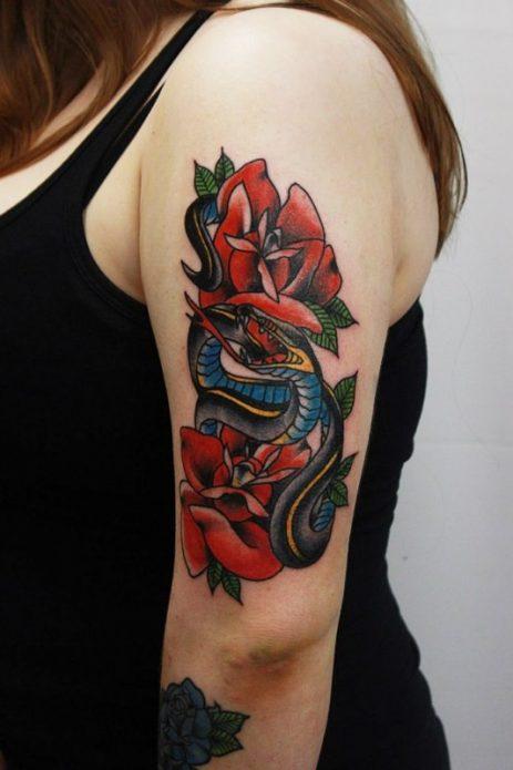 татуировка змея с розами на плече у девушек