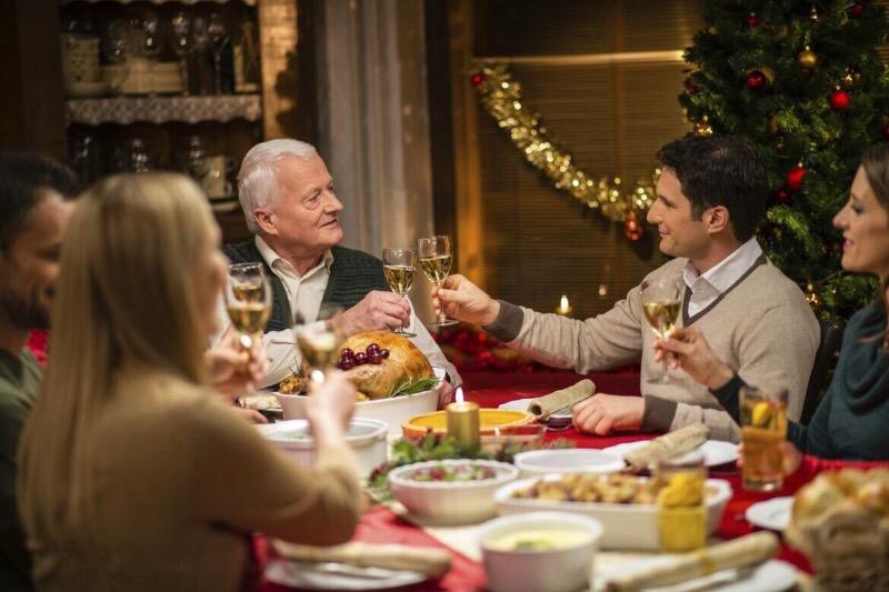 Поднимем бокалы: 5 правил красивого новогоднего тоста