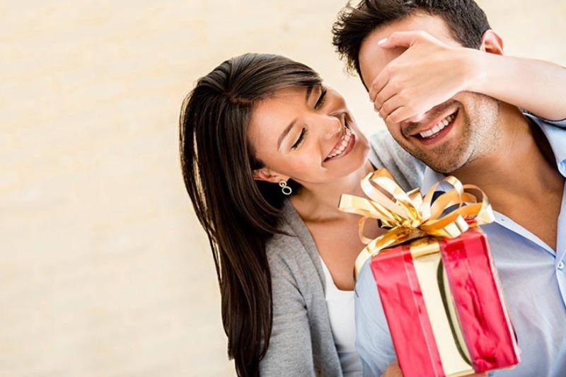 Женщина поздравляет мужа