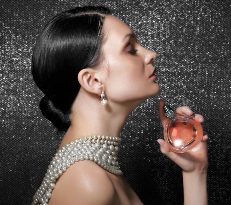 Как носить духи, если их аромат кажется вам слишком насыщенным