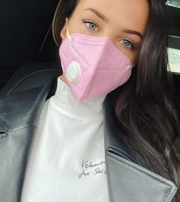 Кто из звезд носит защитную маску, как модный аксессуар