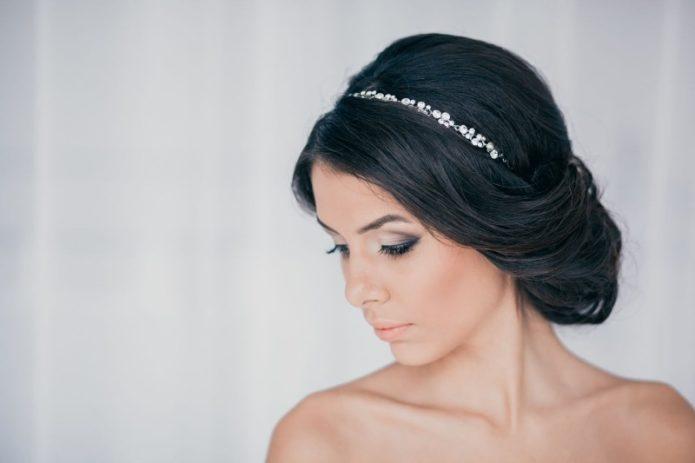 Как зрелой женщине выбрать украшение для волос, чтобы не выглядеть смешно