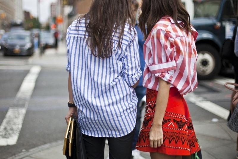 С чем носить белую рубашку в тонкую полоску, которую вы одолжили у мужа