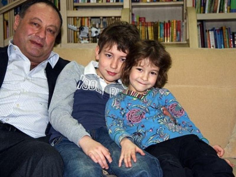 Известные отцы, воспитывающие детей без матерей