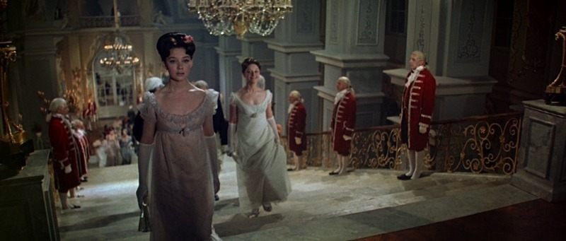 Мода на века: 6 платьев из советских фильмов, о которых мечтали миллионы женщин