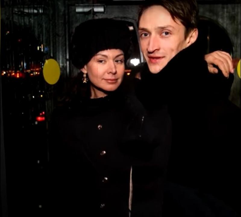 Полюбили за красивую душу: обаятельные российские актеры и их обычные жены