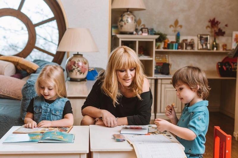 8 знаменитостей, дети которых появились благодаря суррогатным мамам