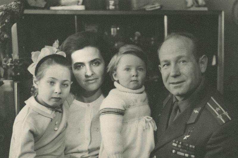 Как выглядят внуки знаменитых космонавтов: Гагарина, Леонова и других