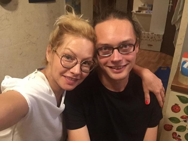 Молодые и стройные: знаменитые женщины, которые выглядят как сестры своих сыновей