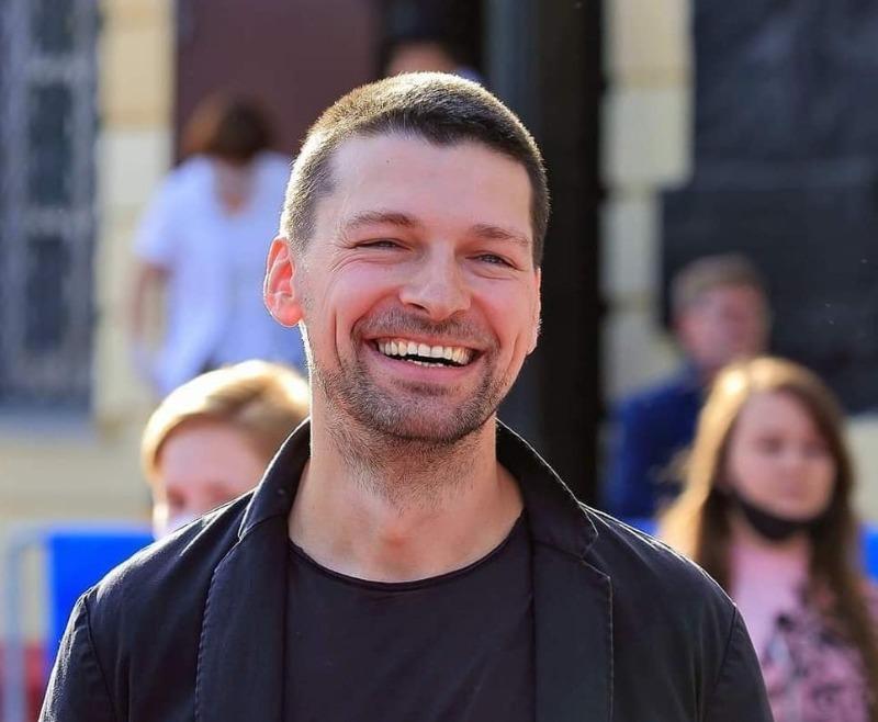 8 мужчин из российских мелодрам, которые выглядят шикарно
