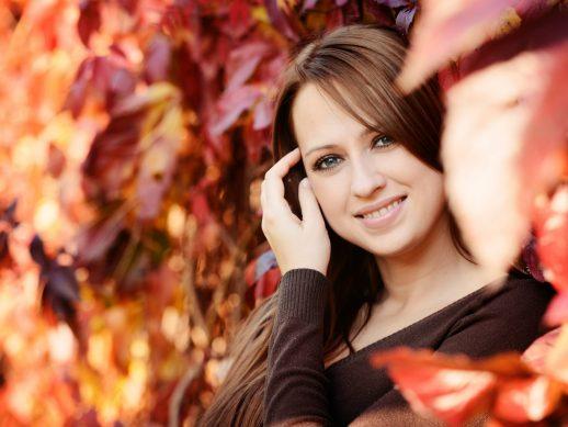 Девушка на фоне осенних листьев